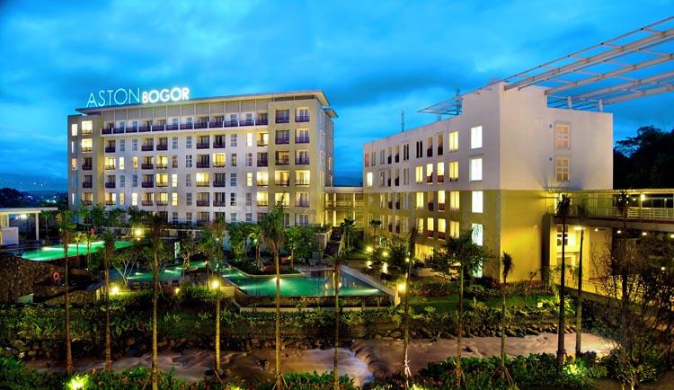 Aston Bogor Hotel and Resort yang menampilkan sungai di area halaman belakang.