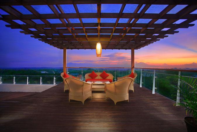 Pemandangan sunset dari area restoran.