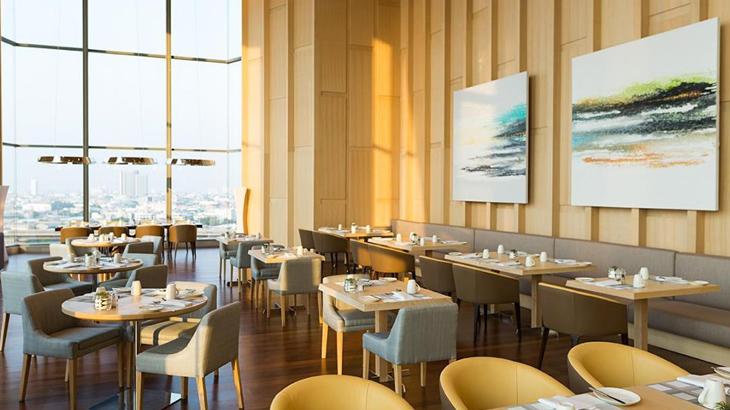 Restoran Skyline yang menawarkan menu internasional.