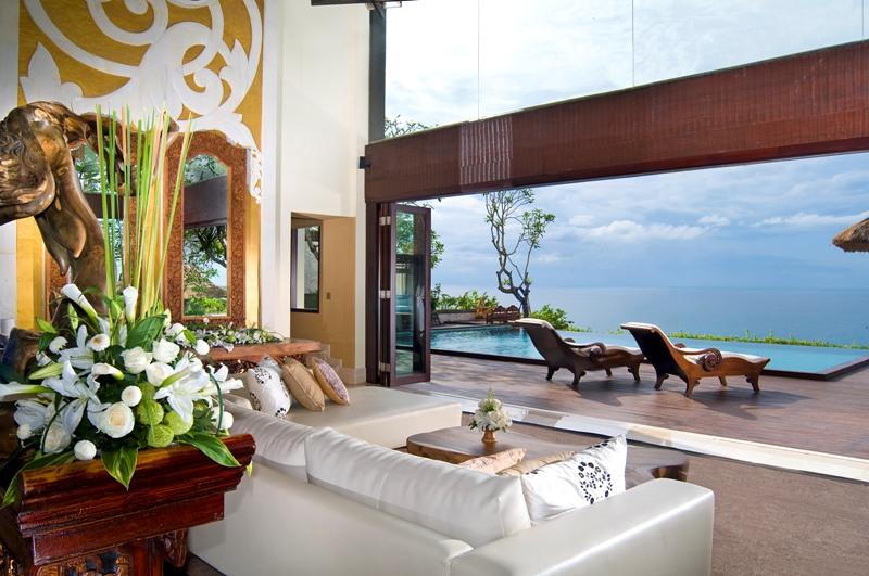 Ruang tamu dengan furnitur modern namun masih bernuansa Bali.