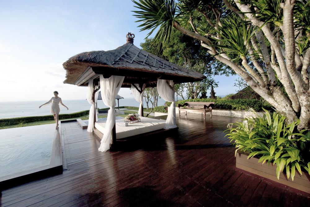 Kolam kecil di vila dengan pemandangan laut.