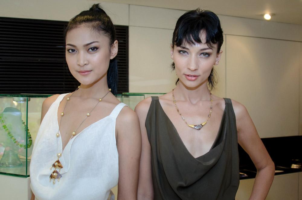 Model mengenakan beberapa koleksi perhiasan terbaru Fichot.