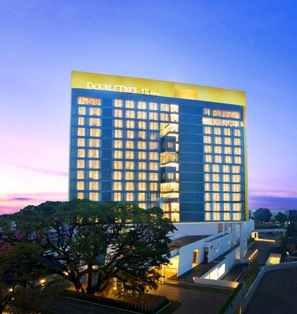 Fasad hotel dengan nuansa modern kontemporer.