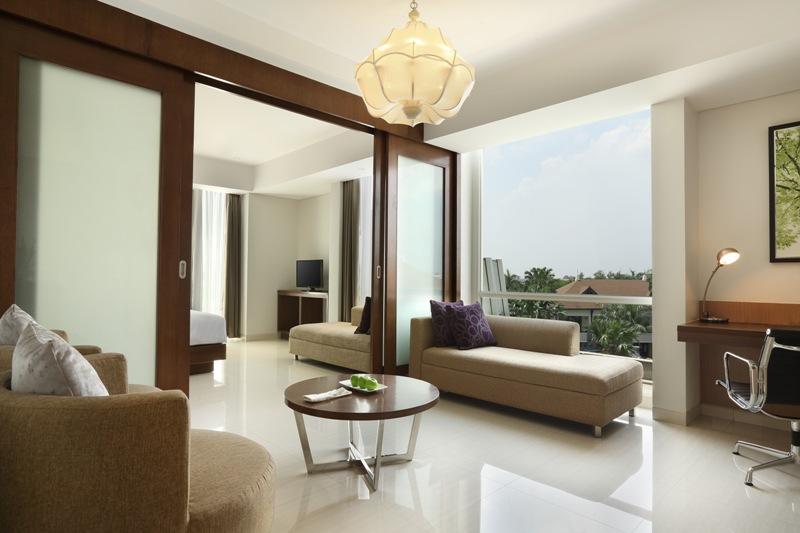 Santika Premiere Kota Harapan Indah menaungi 152 kamar dan suite.