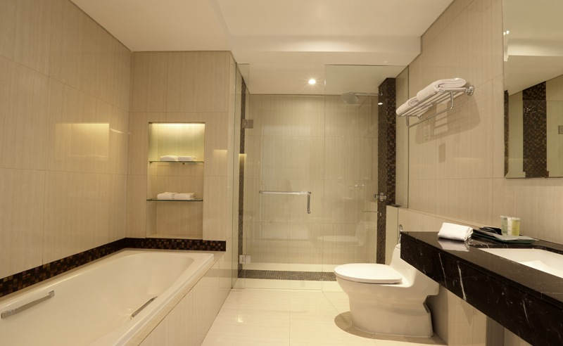 Kamar mandi terlihat mewah dan luas.