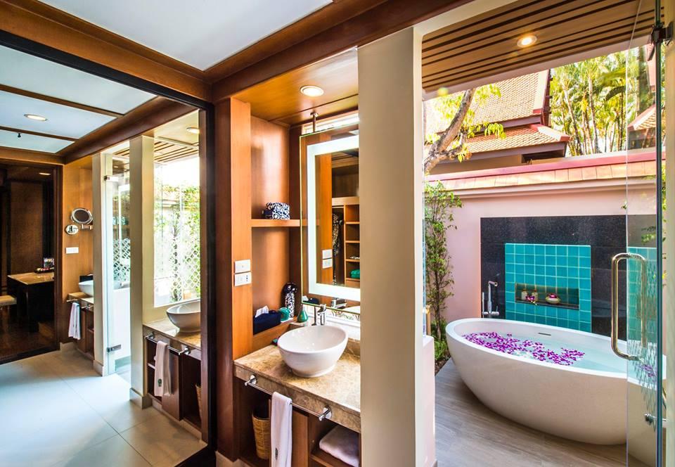 Kamar mandinya dirancang dengan gaya semi terbuka.