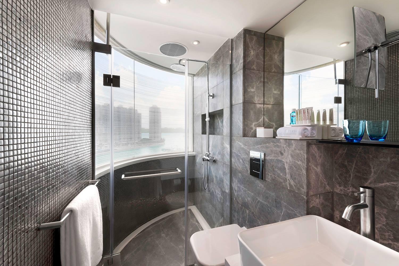 Kamar mandi bergaya minimalis di properti Ovolo terbaru: Ovolo Hotel Aberdeen.
