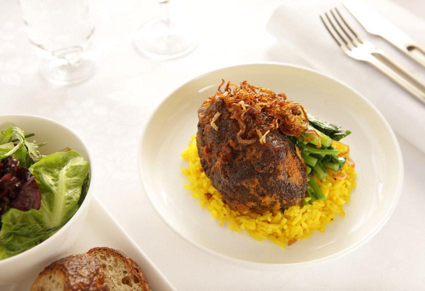 Rendang dan nasi kuning, sajian khas Indonesia yang bisa ditemukan di menu on board penerbangan Qantas.