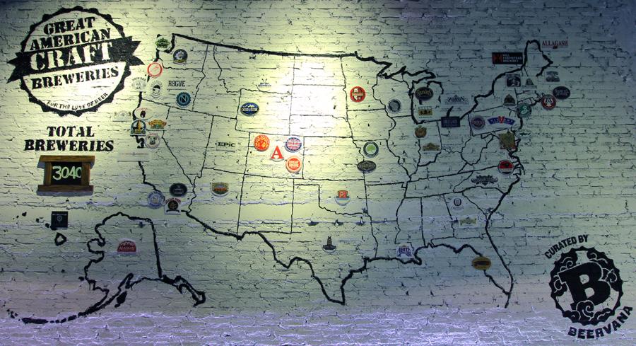Mural di Roadhouse Saloon yang menunjukkan kota-kota asal craft beer yang dijual.