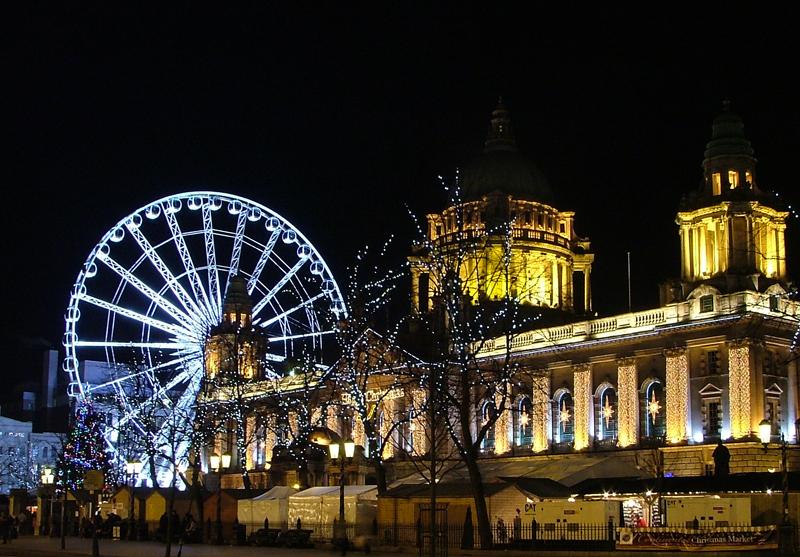 Suasana malam di kota Belfast, Irlandia.