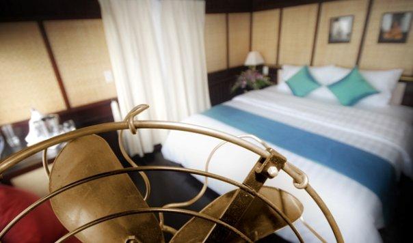 Kamar tipe deluxe di kapal Bhaya Cruise Classic.