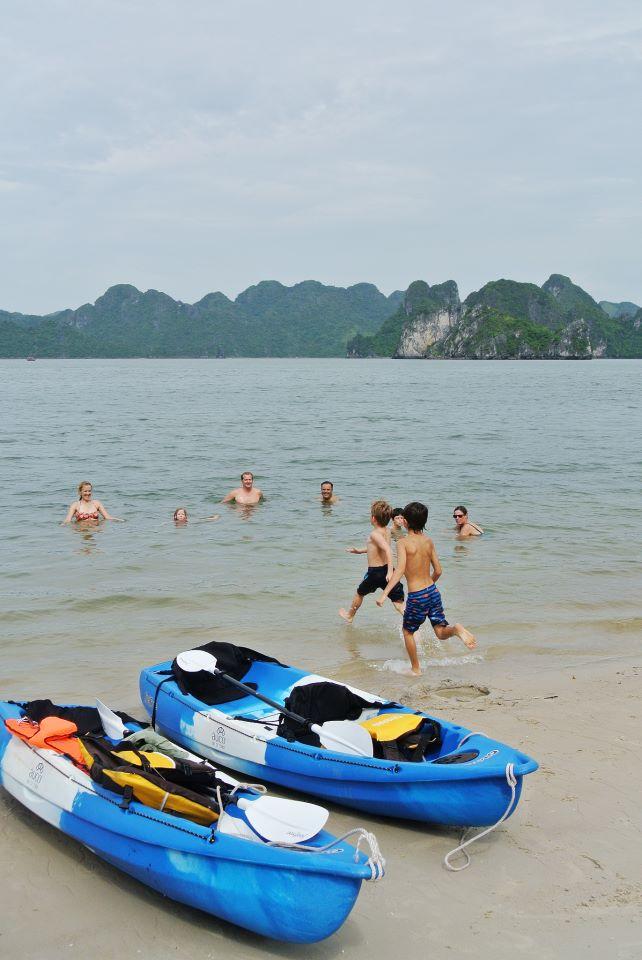 Liburan keluarga di Ha Long Bay.