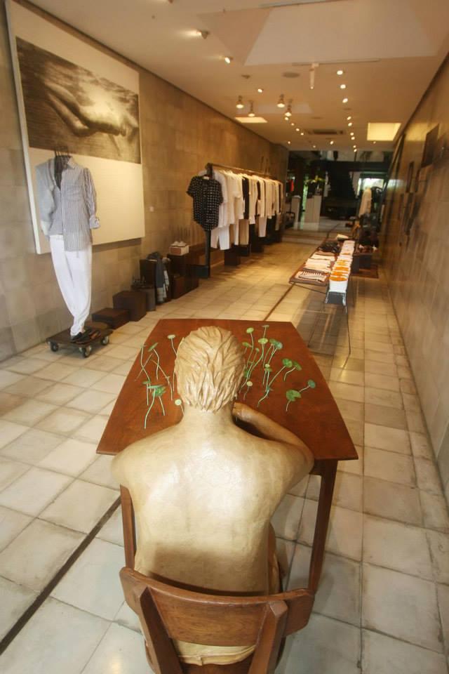 Interior BIASA+ yang menggabungkan toko dan galeri.