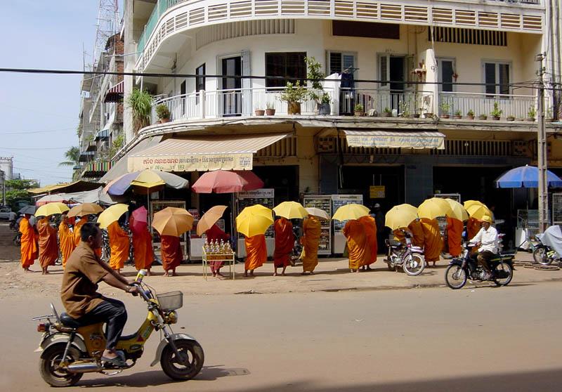 Para biksu sedang mengumpulkan sumbangan di tengah kota.