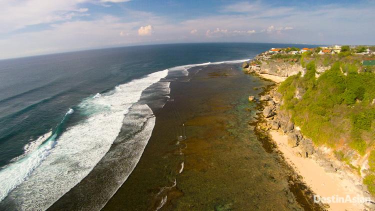 Pantai Blue Point atau Pantai Suluban yang mengoleksi sejumlah pantai privat.