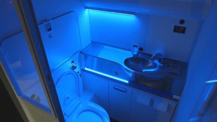 Toilet dilengkapi dengan lampu UV yang dapat membunuh kuman.