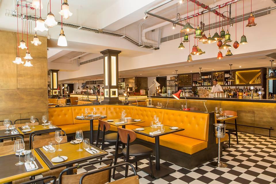 Selain ruang makan, Bread Street Kitchen Hong Kong juga dilengkapi dengan bar.
