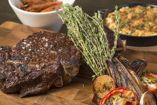 Steik iga sapi adalah salah satu andalan Bread Street Kitchen.