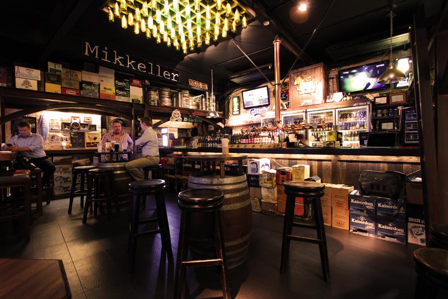 Brew Beers & Ciders menyediakan lebih dari 450 jenis minuman. Koleksinya merupakan yang terbanyak di Asia.