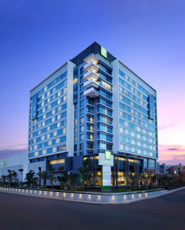 Fasad Holiday Inn Kemayoran, Jakarta.