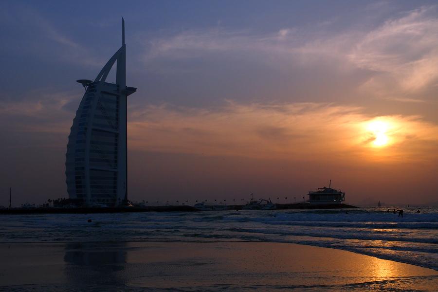 Senja di Dubai. Terlihat bangunan ikonis Burj Al Arab.