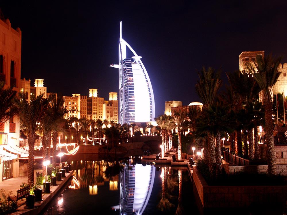 Gedung berbentuk layar, Burj Al Arab di malam hari.