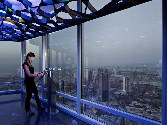 Melihat pemandangan Dubai dari ketinggian 555 meter.