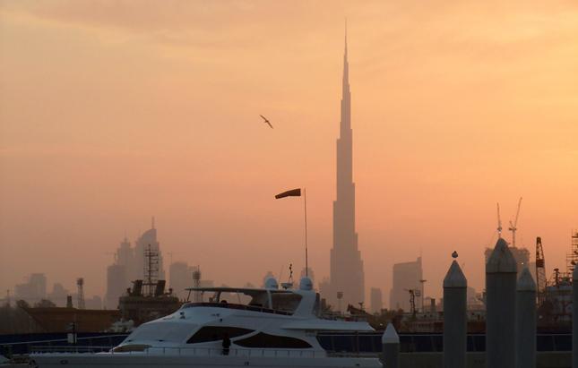 Senja di Dubai. Di kejauhan tampak Burj Khalifa, bangunan tertinggi di dunia.