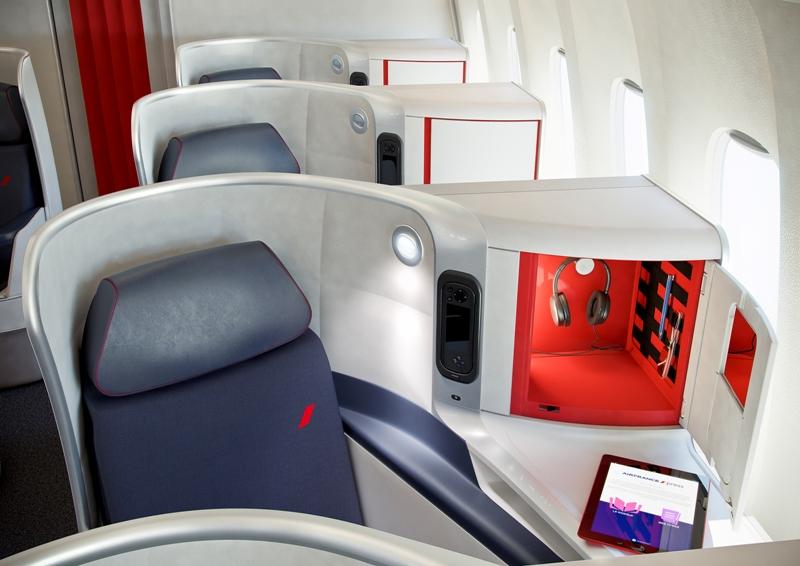 Tiap unit kursinya dilengkapi dengan headphone modern dengan fitur noise reduction.