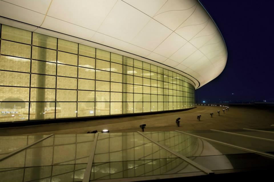 Dinding kaca setinggi 15 meter yang mengelilingi bandara.