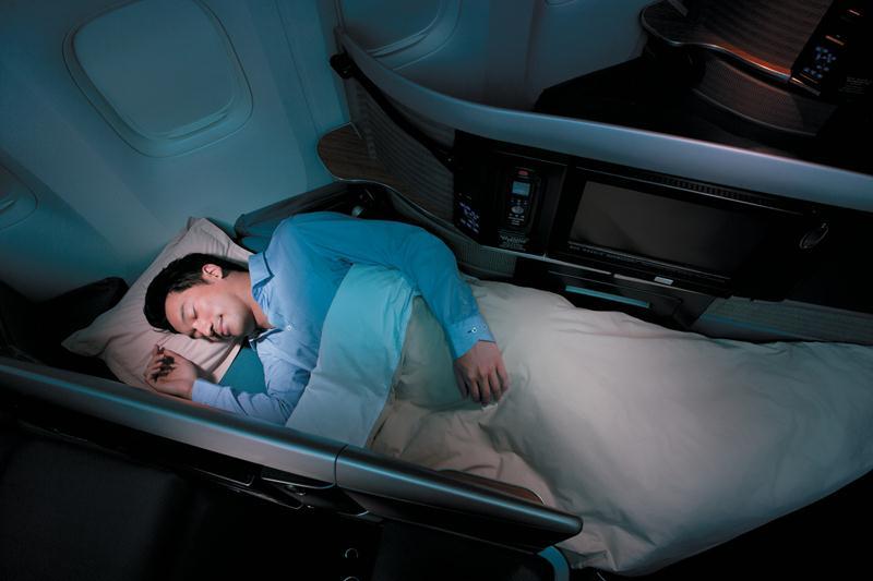 Penerbangan ke Chicago minus first class. Penumpang bisa memilih opsi kelas bisnis, economy plus, atau ekonomi.