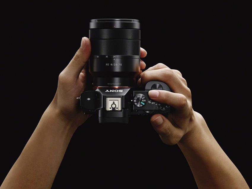 Tanpa lensa, beratnya hanya 416 gram.