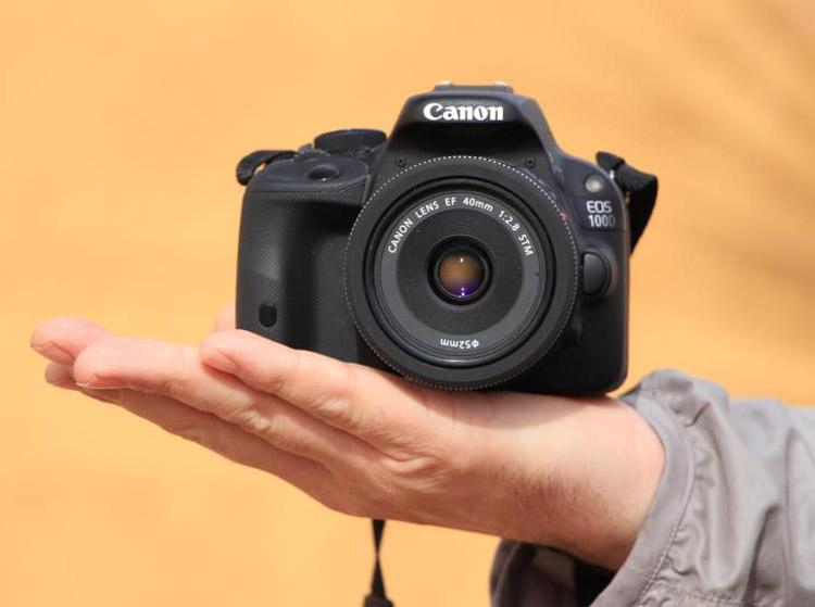 Ukuran Canon 100D tidak lebih besar dari telapak tangan pria.