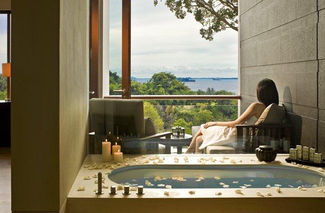 Kamar mandi dengan pemandangan laut.
