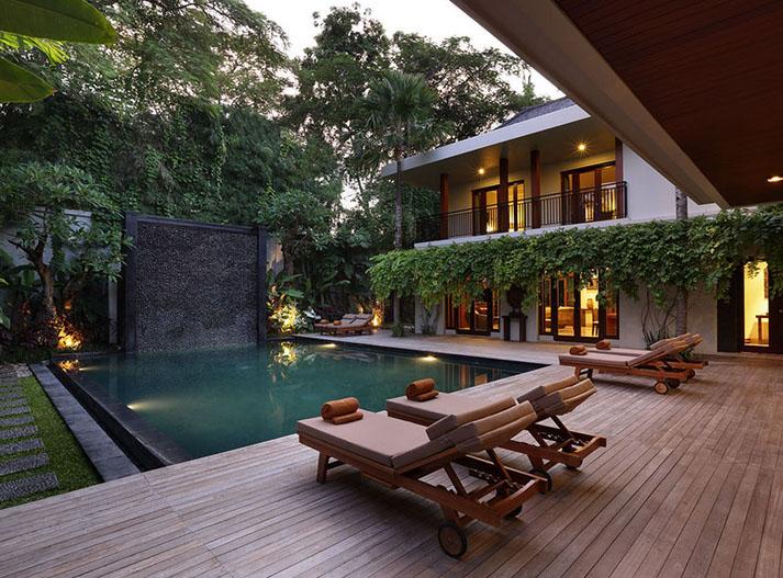 Tiap vilanya dilengkapi dengan kolam renang privat.