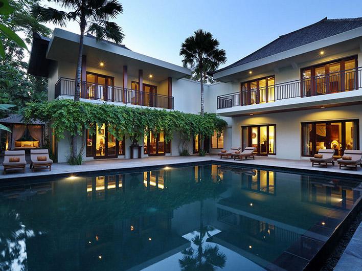 Vila tiga kamar dengan kolam renang privat yang luas.