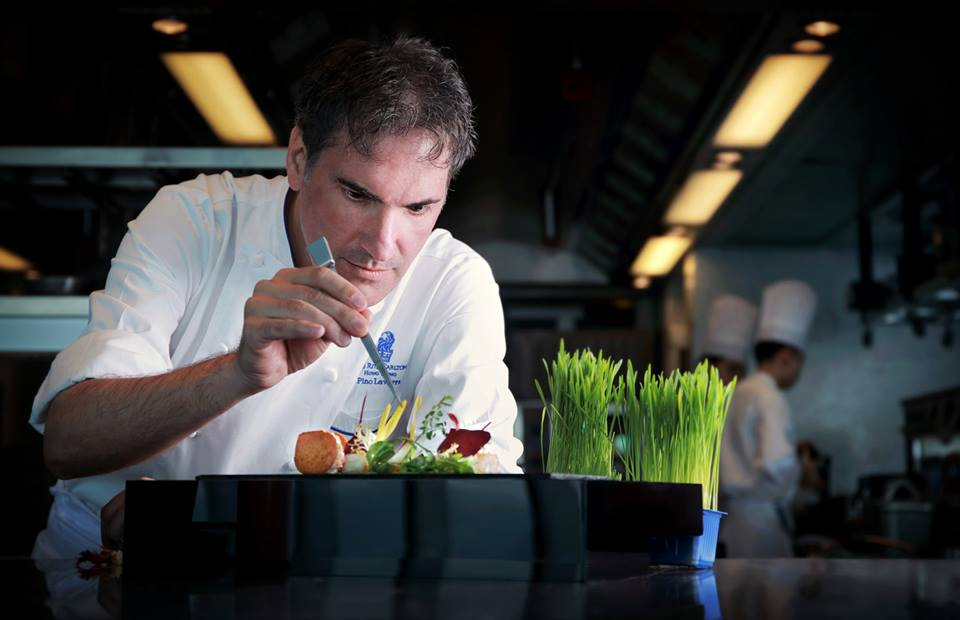 Pino Lavarra, koki yang mengepalai dapur Tosca dan bertanggung jawab atas menu baru Cathay Pacific.