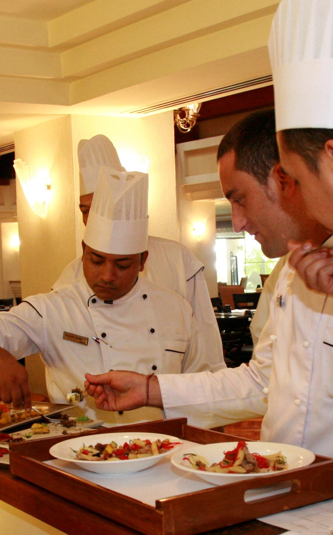 Chef Valerio Pachetti sedang memeriksa makanan yang disajikan para finalis.