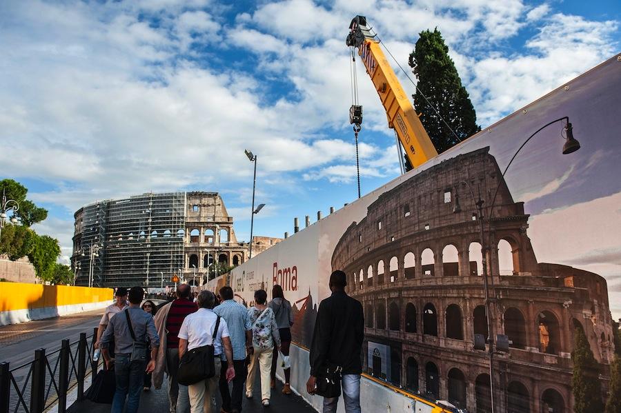 Pengunjung kini harus berbagi tempat dengan alat-alat berat selama renovasi. Foto oleh Giorgio Cosulich/Getty Images.