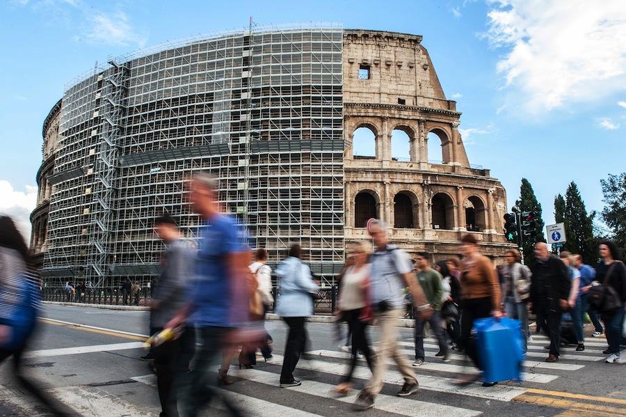 Terlihat Colosseum diselimuti kerangka konstruksi selama renovasi. Foto oleh Giorgio Cosulich/Getty Images.