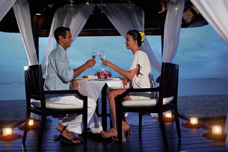 Makan malam romantis di tepi pantai di Conrad Bali.