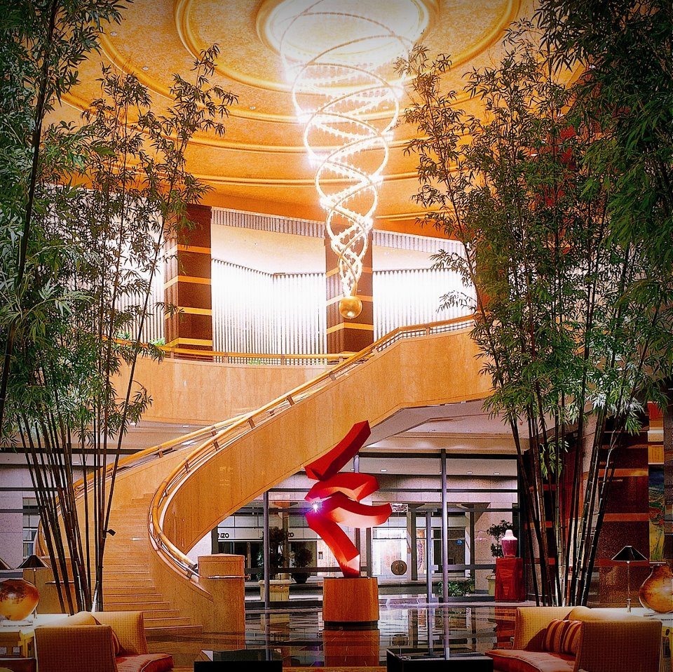 Lobi Conrad Centennial Singapura bergaya elegan.