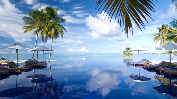 Kolam renang infinity di Conrad Maldives yang bisa digunakan oleh para tamu.