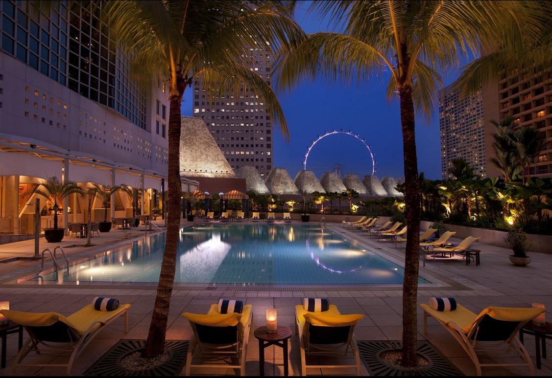 Kolam renang Conrad Singapura dengan pemandangan Singapore Flyer.