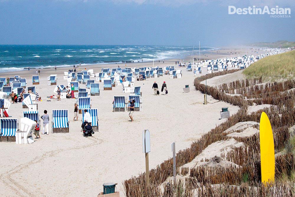 Barisan kursi pantai di Kampen. (Foto: Getty Images)