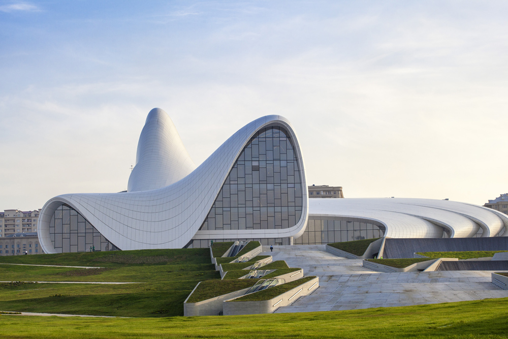 Fasad Heydar Aliyev Center yang berlekuk-lekuk. (Foto: Corbis)