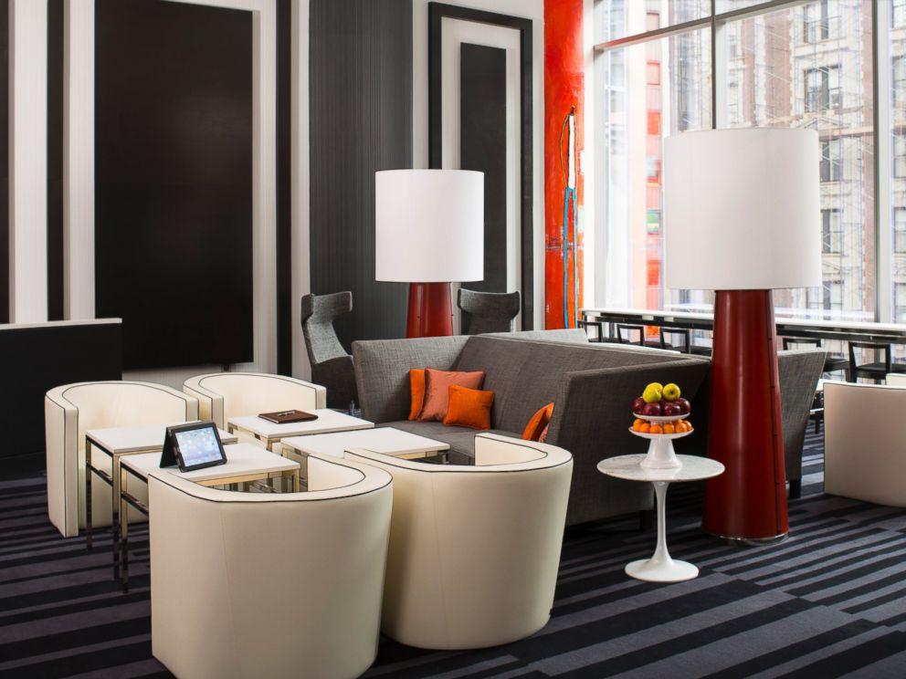 Bistro di lantai empat yang bisa digunakan untuk tamu Courtyard dan Residence Inn.