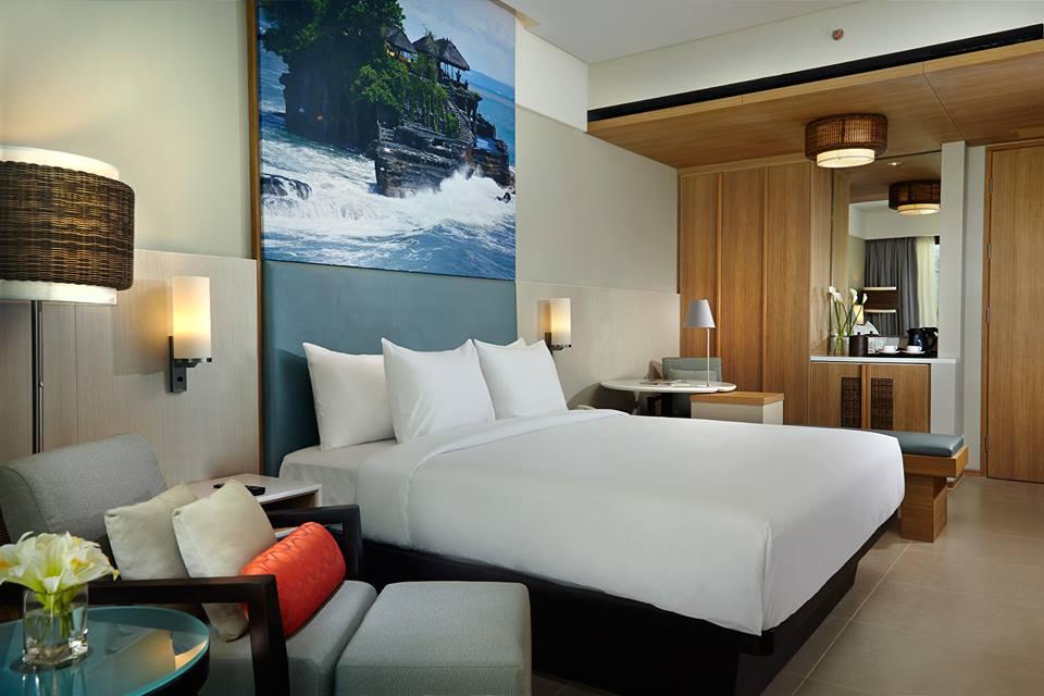 Desain kamar modern dengan pernak-pernik khas Bali; termasuk foto keindahan Pulau Dewata dengan ukuran raksasa.