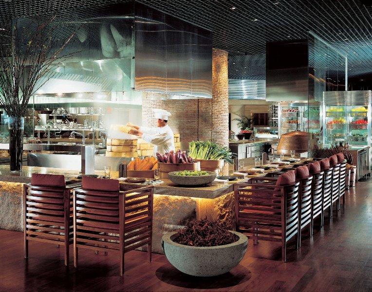 Salah satu sudut C's Seafood & Steak Restaurant dengan dapur terbukanya.