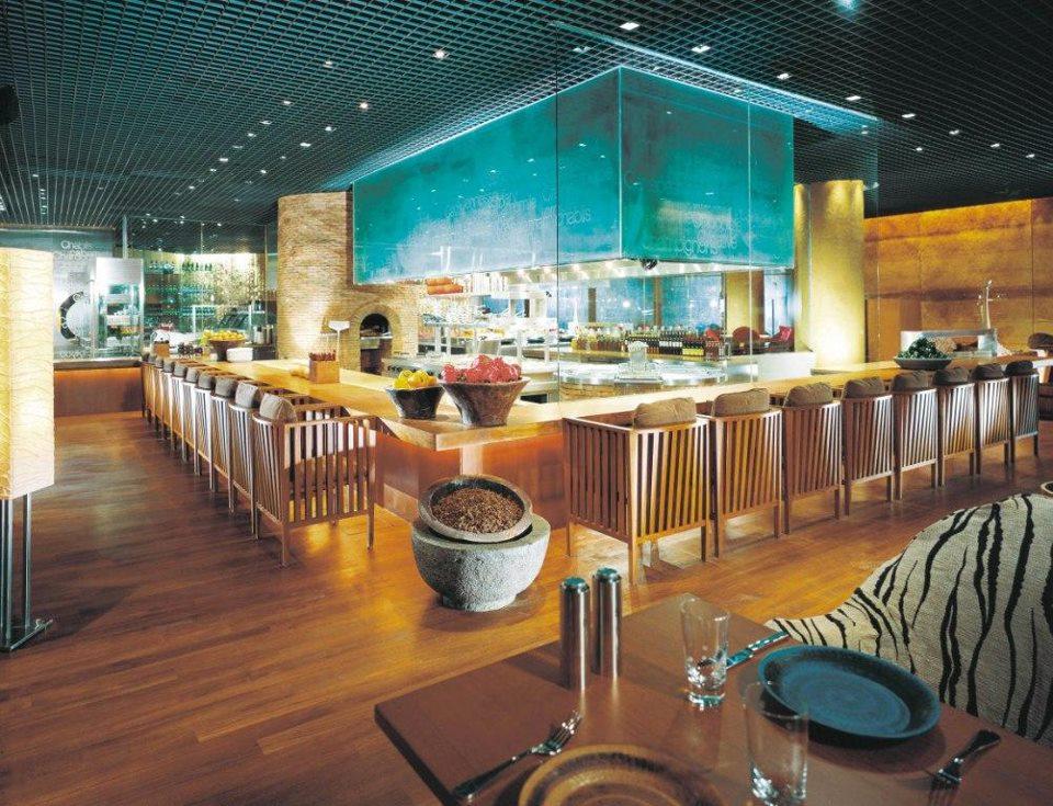 Interior C's Steak and Seafood yang bernuansa modern elegan.